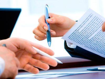 clienta satisfecha firmando